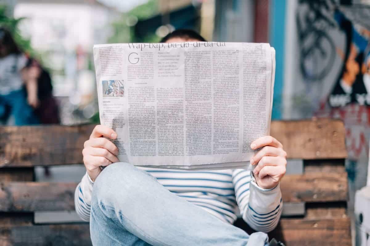person som leser nyheter/avis