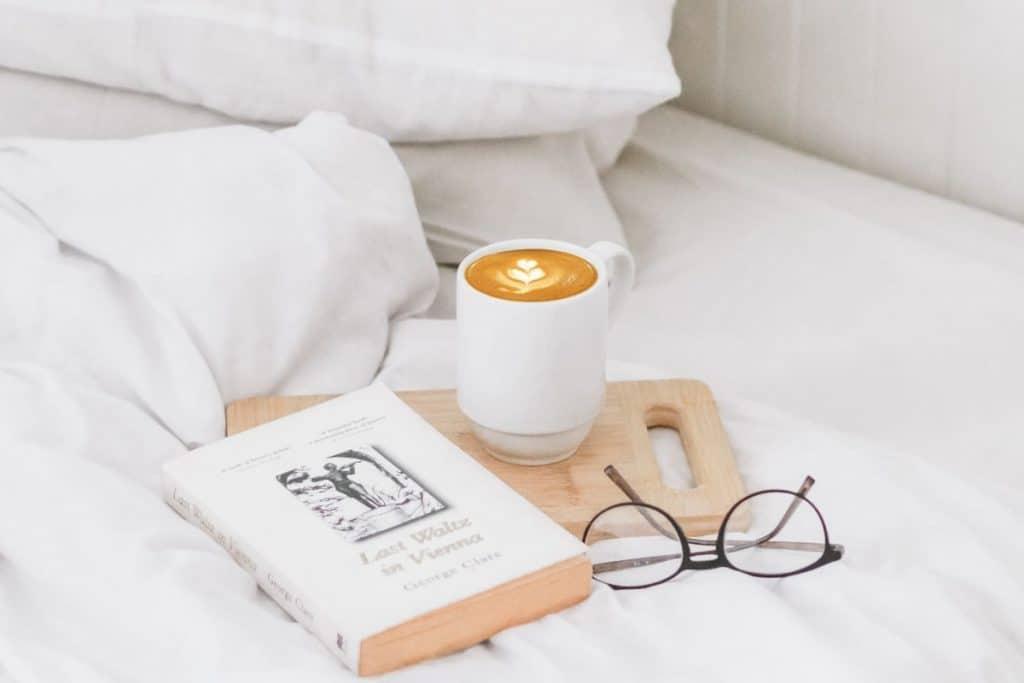 lese bok på senga, drikke kaffe, ta vare på deg selv